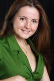 Retrato de la mujer joven en camisa verde. imagen de archivo libre de regalías