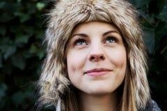 Retrato de la mujer joven en el casquillo peludo, invierno Fotos de archivo