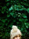 Retrato de la mujer joven en el casquillo peludo, invierno Fotografía de archivo