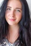 Retrato de la mujer joven en el fondo blanco, no aislado Fotos de archivo libres de regalías