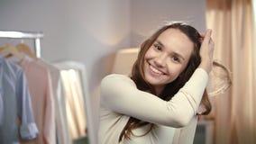 Retrato de la mujer joven en el guardarropa casero Mujer joven que bromea delante del espejo metrajes