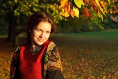 Retrato de la mujer joven en el mantón ruso Imagen de archivo