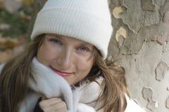 Retrato de la mujer joven en el sombrero y la bufanda blancos Fotografía de archivo