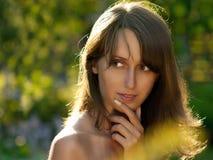 Retrato de la mujer joven en fondo verde Foto de archivo libre de regalías