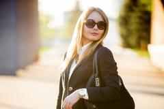 Retrato de la mujer joven en gafas de sol Fotos de archivo