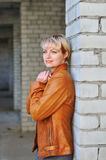 Retrato de la mujer joven en la chaqueta de cuero Imagenes de archivo