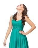 Retrato de la mujer joven en la igualación del vestido verde Foto de archivo