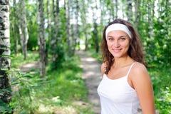 Retrato de la mujer joven en la ropa blanca fotografía de archivo