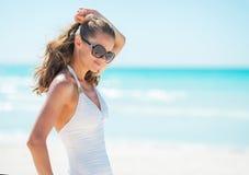 Retrato de la mujer joven en lentes en la playa Fotos de archivo