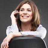 Retrato de la mujer joven en llamada de teléfono Fotografía de archivo