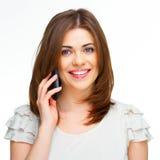 Retrato de la mujer joven en llamada de teléfono Imágenes de archivo libres de regalías