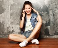Retrato de la mujer joven en llamada de teléfono Imagenes de archivo