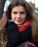 Retrato de la mujer joven en parque del otoño Imagen de archivo