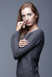Retrato de la mujer joven en suéter de lana gris Muchacha hermosa p fotos de archivo