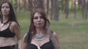 Retrato de la mujer joven en traje de teatro y componer del nymth del bosque que baila en funcionamiento o la fabricación de la d almacen de metraje de vídeo