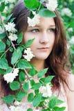 Muchacha en un jardín floreciente Fotografía de archivo