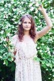 Muchacha en un jardín floreciente Foto de archivo
