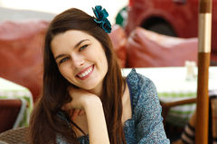 Retrato de la mujer joven encantadora en café Fotografía de archivo