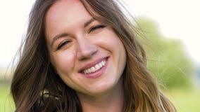 Retrato de la mujer joven feliz al aire libre en verano almacen de metraje de vídeo