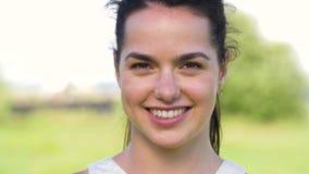 Retrato de la mujer joven feliz al aire libre en verano metrajes