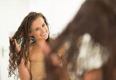 Retrato de la mujer joven feliz con el pelo mojado fotos de archivo libres de regalías