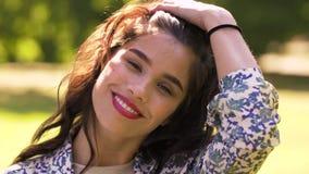 Retrato de la mujer joven feliz en parque del verano metrajes