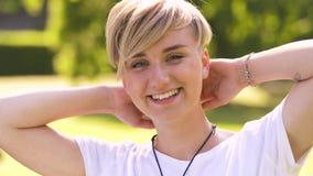 Retrato de la mujer joven feliz en parque del verano almacen de video