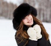 Retrato de la mujer joven feliz en sombrero de piel de lujo Foto de archivo libre de regalías