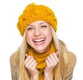 Retrato de la mujer joven feliz en sombrero y bufanda Imagenes de archivo
