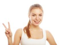 Retrato de la mujer joven feliz que da el signo de la paz Imágenes de archivo libres de regalías