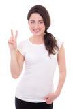 Retrato de la mujer joven feliz que da el signo de la paz aislado en pizca Foto de archivo libre de regalías