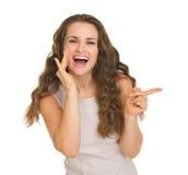 Retrato de la mujer feliz que señala en espacio de la copia Imagenes de archivo