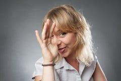 Retrato de la mujer joven, haciendo caras divertidas Imagen de archivo libre de regalías