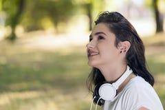 Retrato de la mujer joven hermosa, adolescente con los auriculares Foto de archivo