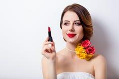 Retrato de la mujer joven hermosa con el lápiz labial en el maravilloso fotos de archivo