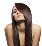 Retrato de la mujer joven hermosa con el pelo largo Imágenes de archivo libres de regalías