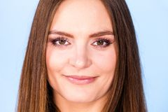 Retrato de la mujer joven hermosa con el pelo marrón foto de archivo libre de regalías
