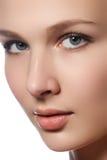 Retrato de la mujer joven hermosa con la cara limpia Alto clave Sea Imagen de archivo libre de regalías
