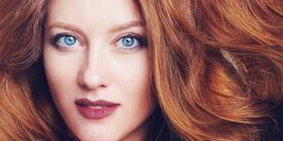 Retrato de la mujer joven hermosa con los ojos azules grandes, los labios de la baya y el pelo descarado fotografía de archivo