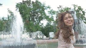 Retrato de la mujer joven hermosa con sonrisa atractiva almacen de metraje de vídeo