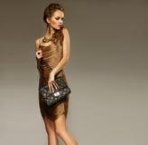 Retrato de la mujer joven hermosa con un bolso de cuero Moda pH fotos de archivo libres de regalías