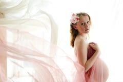 Retrato de la mujer joven hermosa embarazada encendido Fotografía de archivo libre de regalías