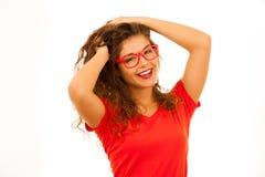 Retrato de la mujer joven hermosa en camiseta y el aislador rojos de los pantalones cortos Fotos de archivo libres de regalías