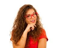 Retrato de la mujer joven hermosa en camiseta y el aislador rojos de los pantalones cortos Fotos de archivo