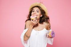 Retrato de la mujer joven hermosa en el sombrero blanco del vestido y de paja, Fotografía de archivo libre de regalías