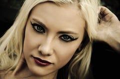 Retrato de la mujer joven hermosa en estilo del noir Imágenes de archivo libres de regalías