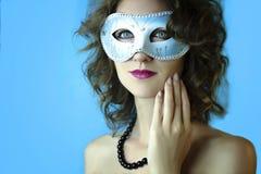Retrato de la mujer joven hermosa en máscara azul misteriosa del carnaval Foto de la moda y de la belleza fotos de archivo libres de regalías