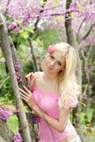 Mujer joven en parque de la primavera Imagen de archivo