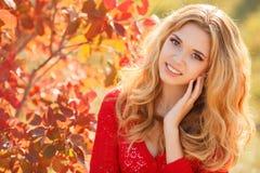 Retrato de la mujer joven hermosa en parque del otoño Foto de archivo libre de regalías