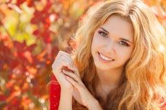 Retrato de la mujer joven hermosa en parque del otoño fotos de archivo